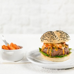 Burger mixta con gambas, espinacas y salsa cocktail