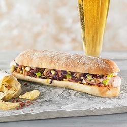 Bratwurst con col lombarda, bacon y manzana verde
